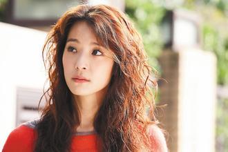 賴雅妍在「白袍下的高跟鞋」中飾演不服輸的女強人。 / 圖/公視提供