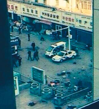烏魯木齊一火車站爆炸現場。 / (取自新浪微博)