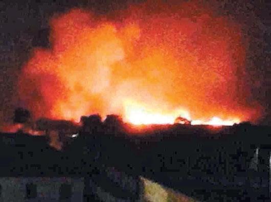 越南反中暴動地區深夜多家台商和國際大廠都遭祝融,熊熊火勢燒紅了天空。 / 取自513越南排華最新情況回報臉書