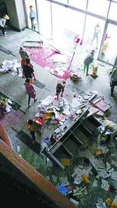 有網友在臉書上貼照指出,台塑在越南同奈仁澤的公司宿舍也被攻擊,現場滿是殘破。 / 取自513越南排華最新情況回報臉書