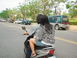 不少大學生因怕髮型被壓壞,騎機車都不願戴安全帽 ...
