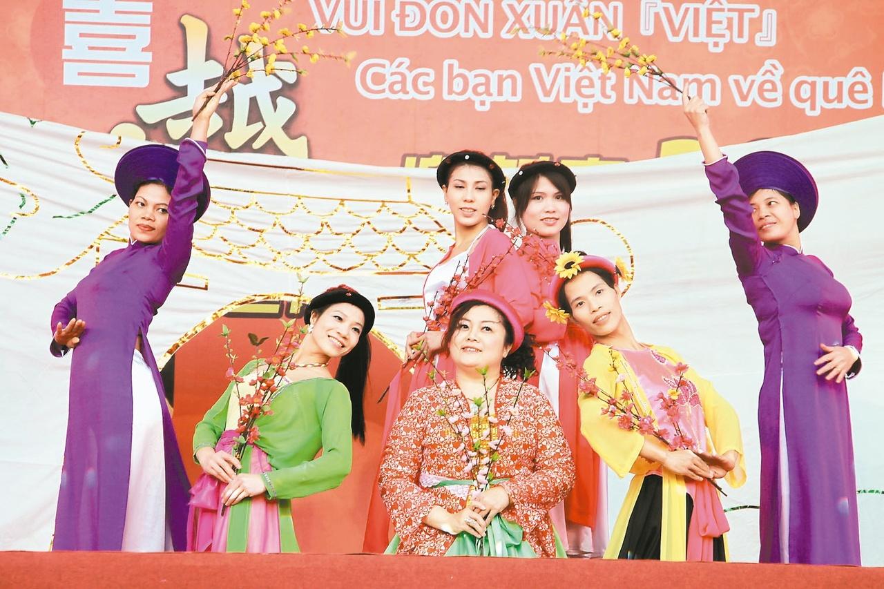越南朋友包方粽 搶先過年