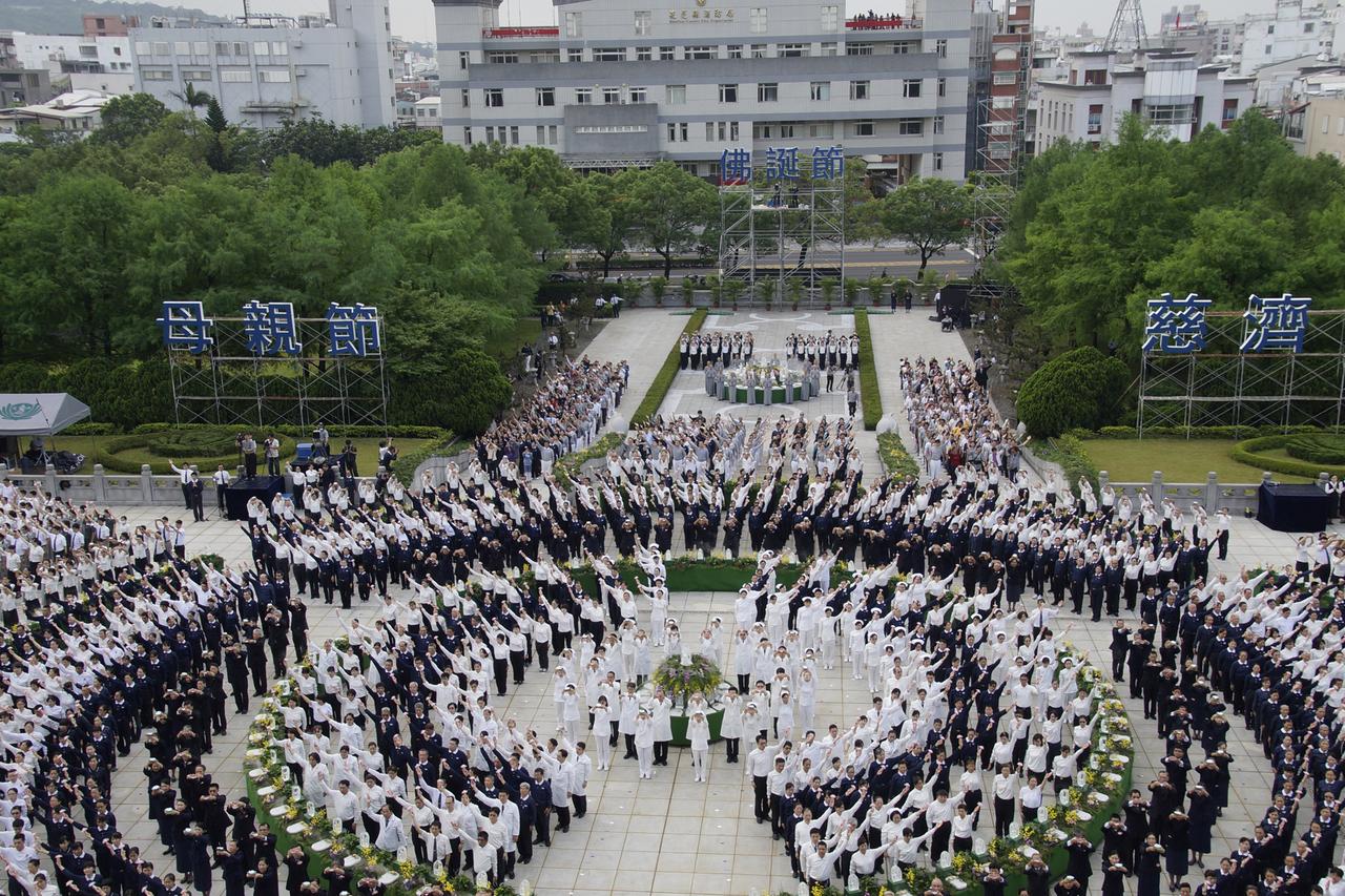 Formasi barisan pada perayaan Vesak 2015 di Vihara Jing Si di Hualien, Taiwan. Minggu (10/5/2015).