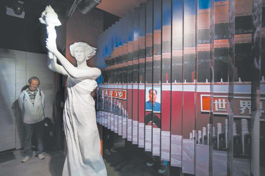 籌備廿五年的香港六四紀念館昨天開館,館內展出由香港藝術界人士重新打造的民主女神像。 / (路透)