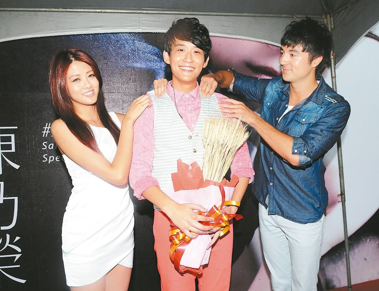 陈乃荣(中)以前办签唱会,赖琳恩(左)来打气。 图/联合报系资料照