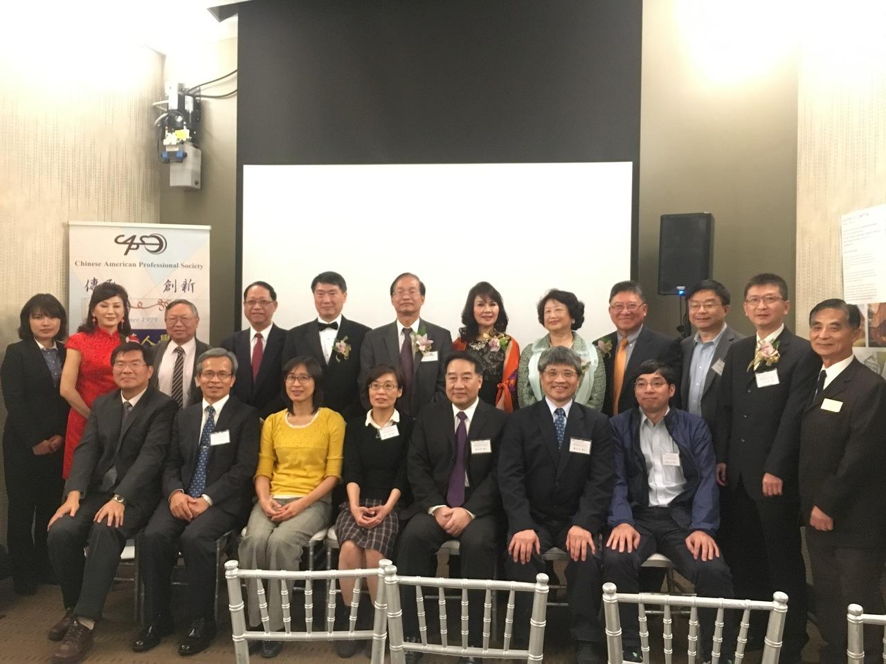 美西华人协会成员与当日研讨会讲者合影。记者庄婷/摄影