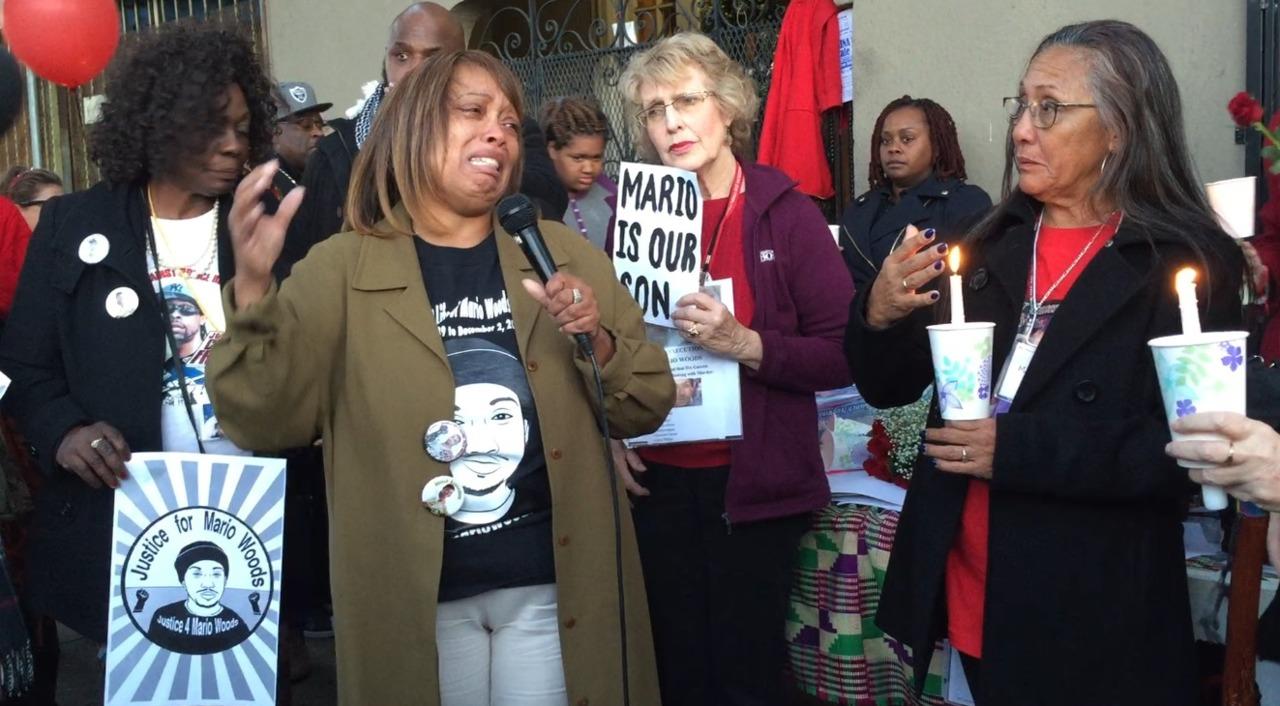 伍兹的母亲格温多林(左二)在演讲中难掩悲痛。记者黄少华/摄影