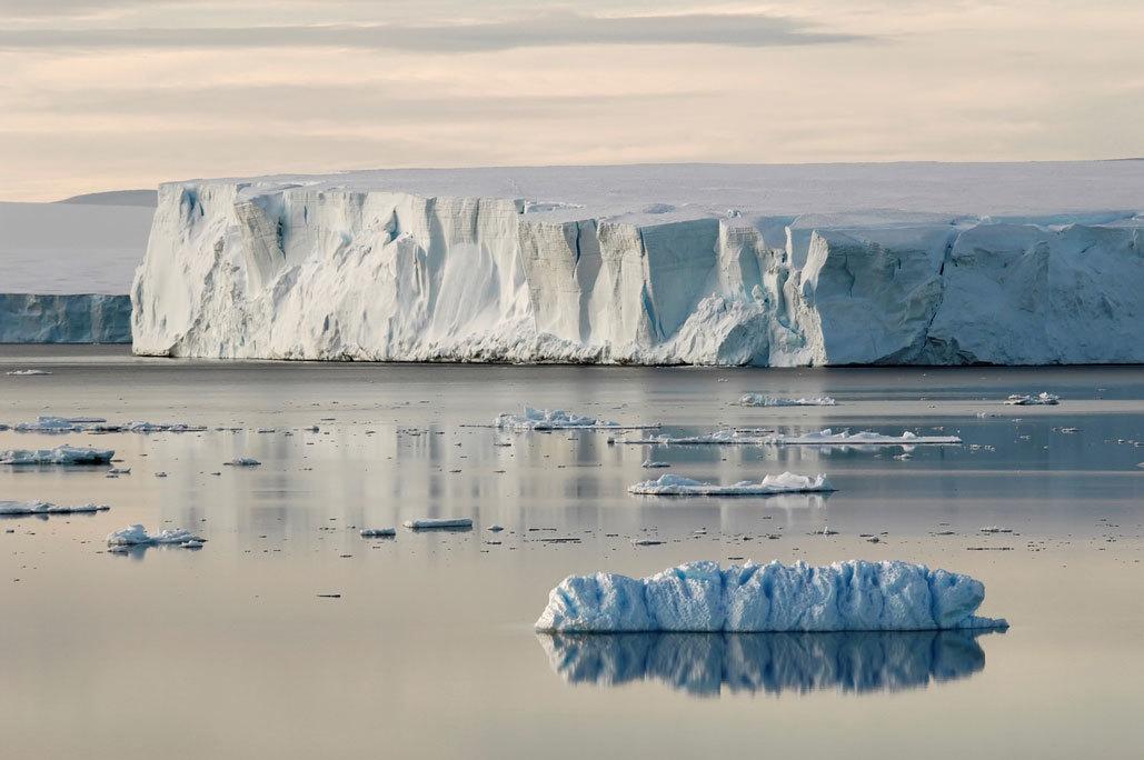 北极与南极的海冰面积今年都创新低纪录,共锐减约1个印度大小。 图/Ingimag...