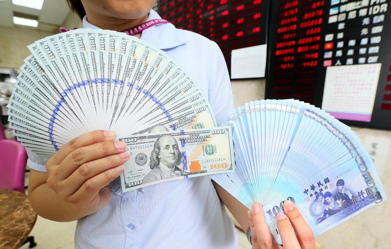 12月外資淨匯出 新台幣狹幅卡在30元