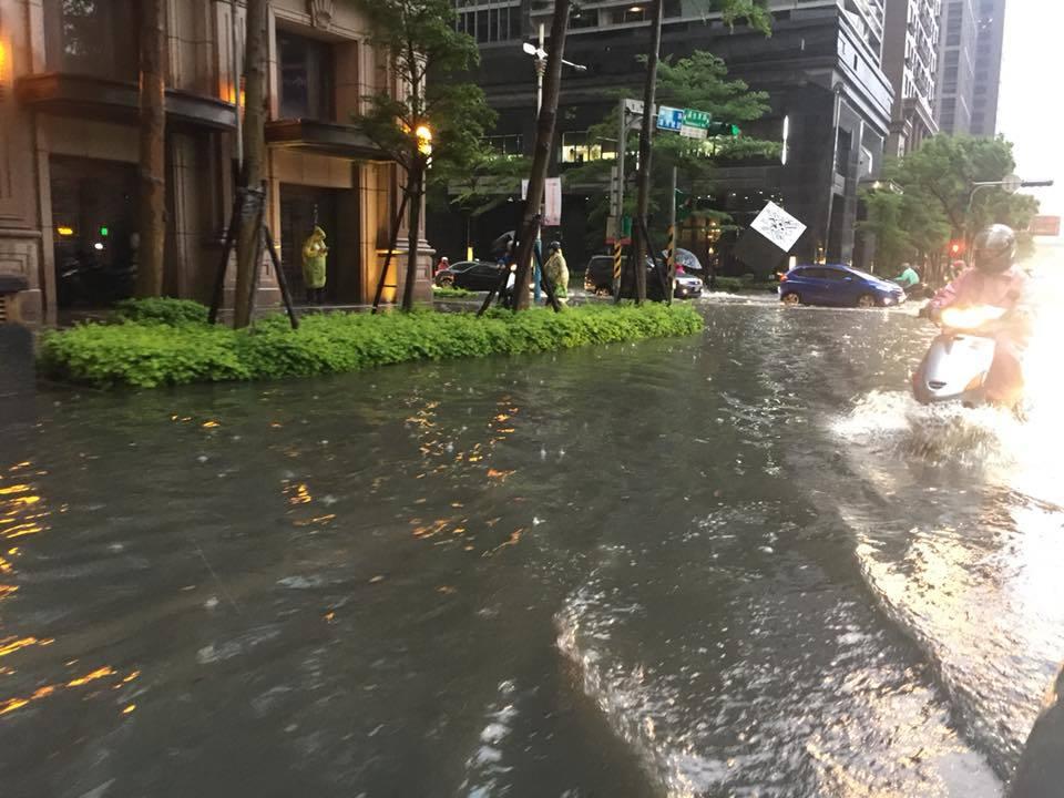 板橋大雷雨過後 大遠百黃金地段新板特區淹水成小泳池