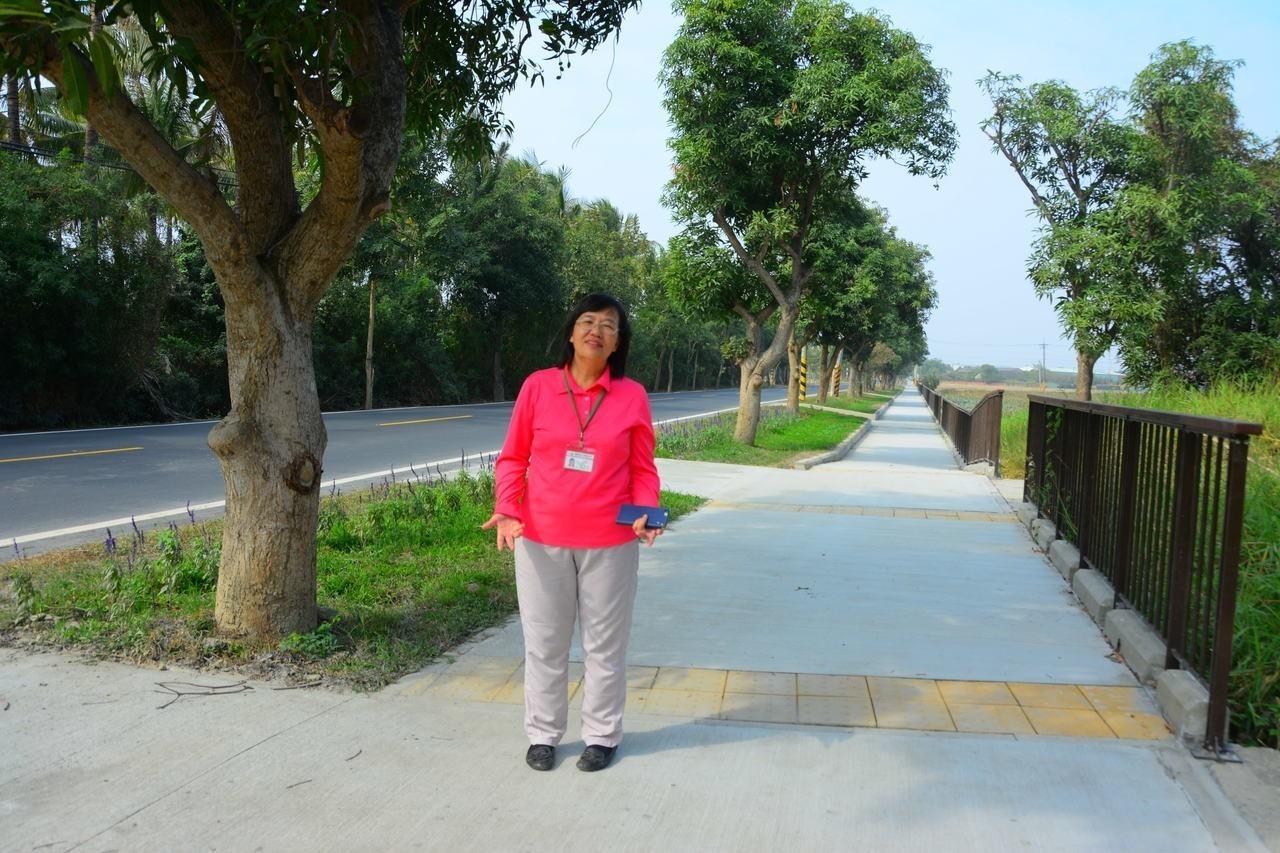 社區居民感謝區長蔡秀琴給了地方一條安全的路