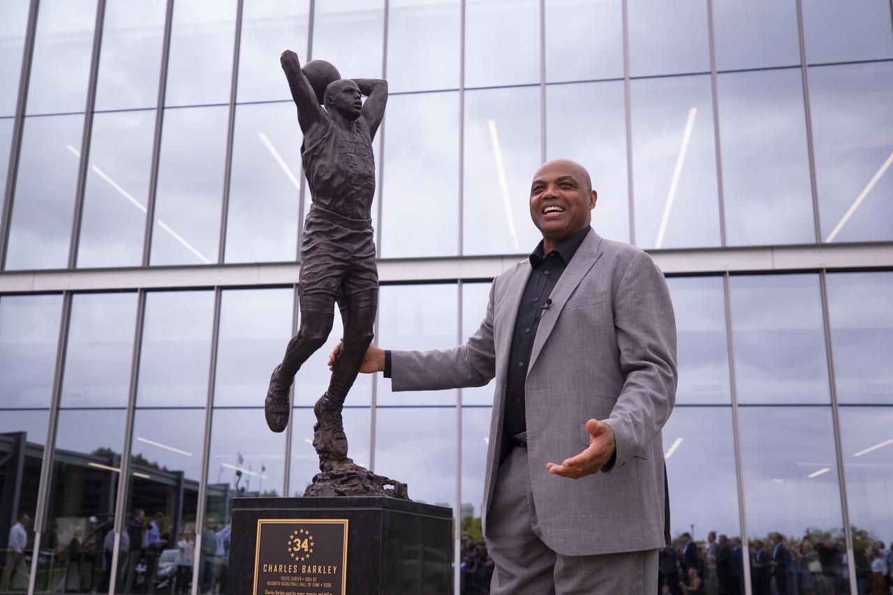 76人致敬雕像揭幕 巴克利:真不知当年这么瘦