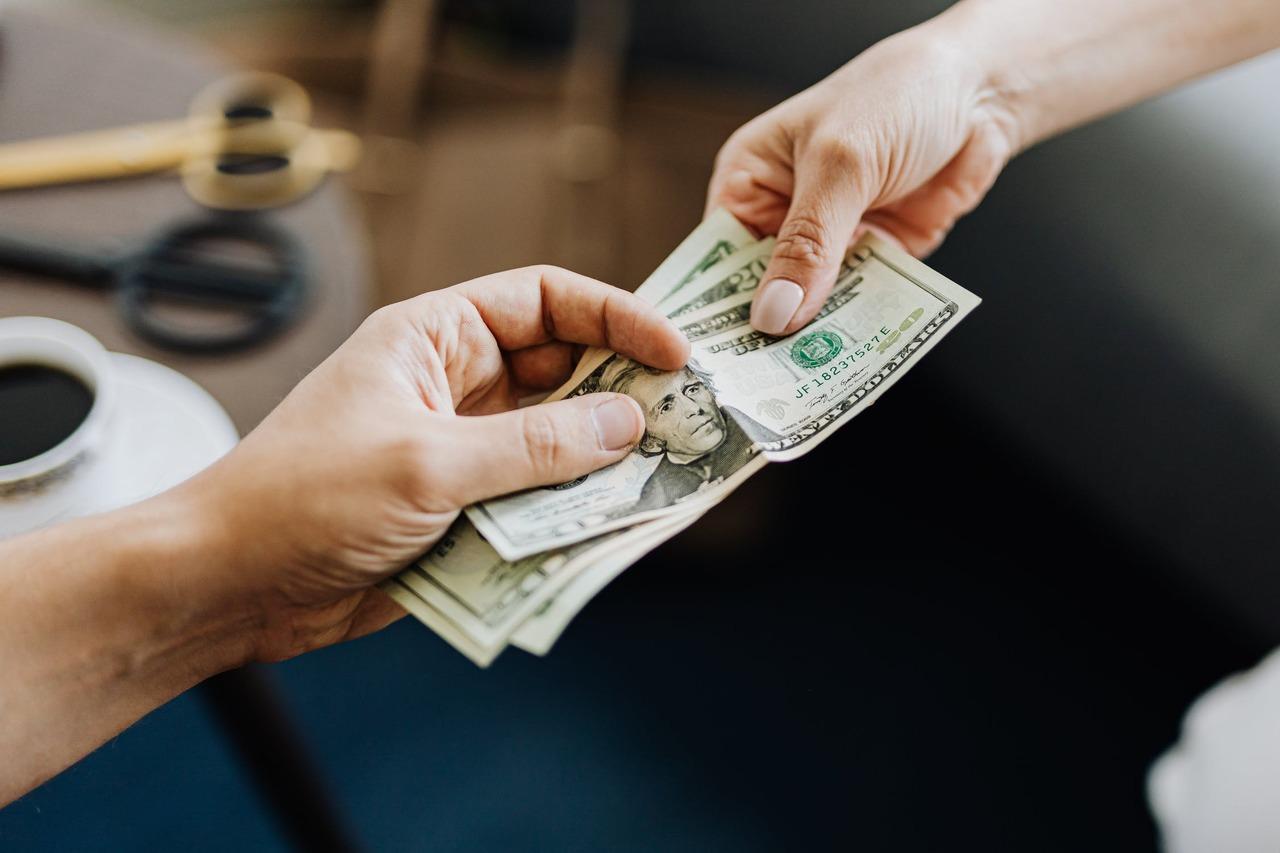 朋友借錢怎麼辦?善良是好事,但不要為愚蠢買單 | 橘世代
