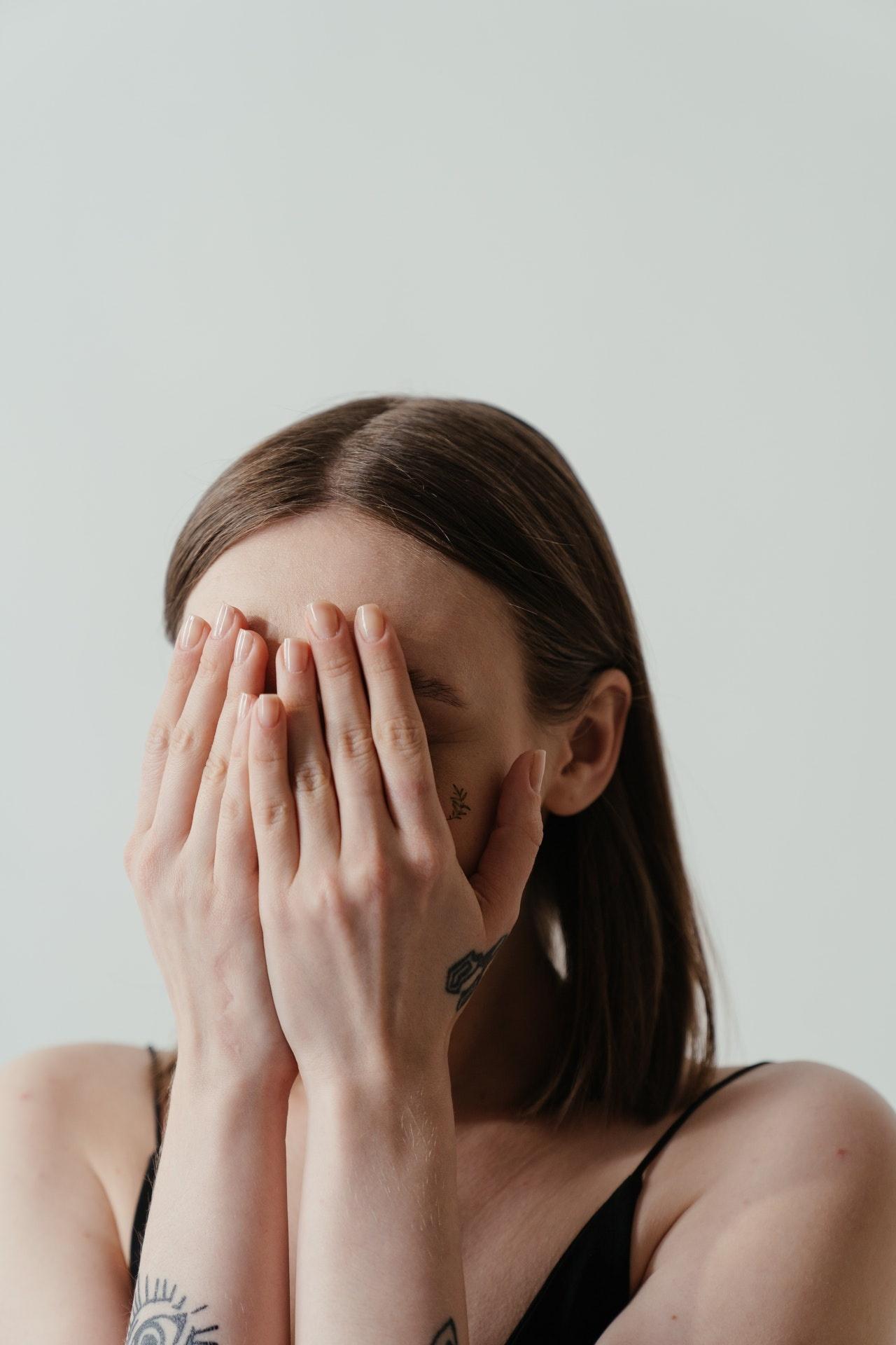 秋冬臉上「狂掉屑」-皮膚科醫師給4原因 | 橘世代