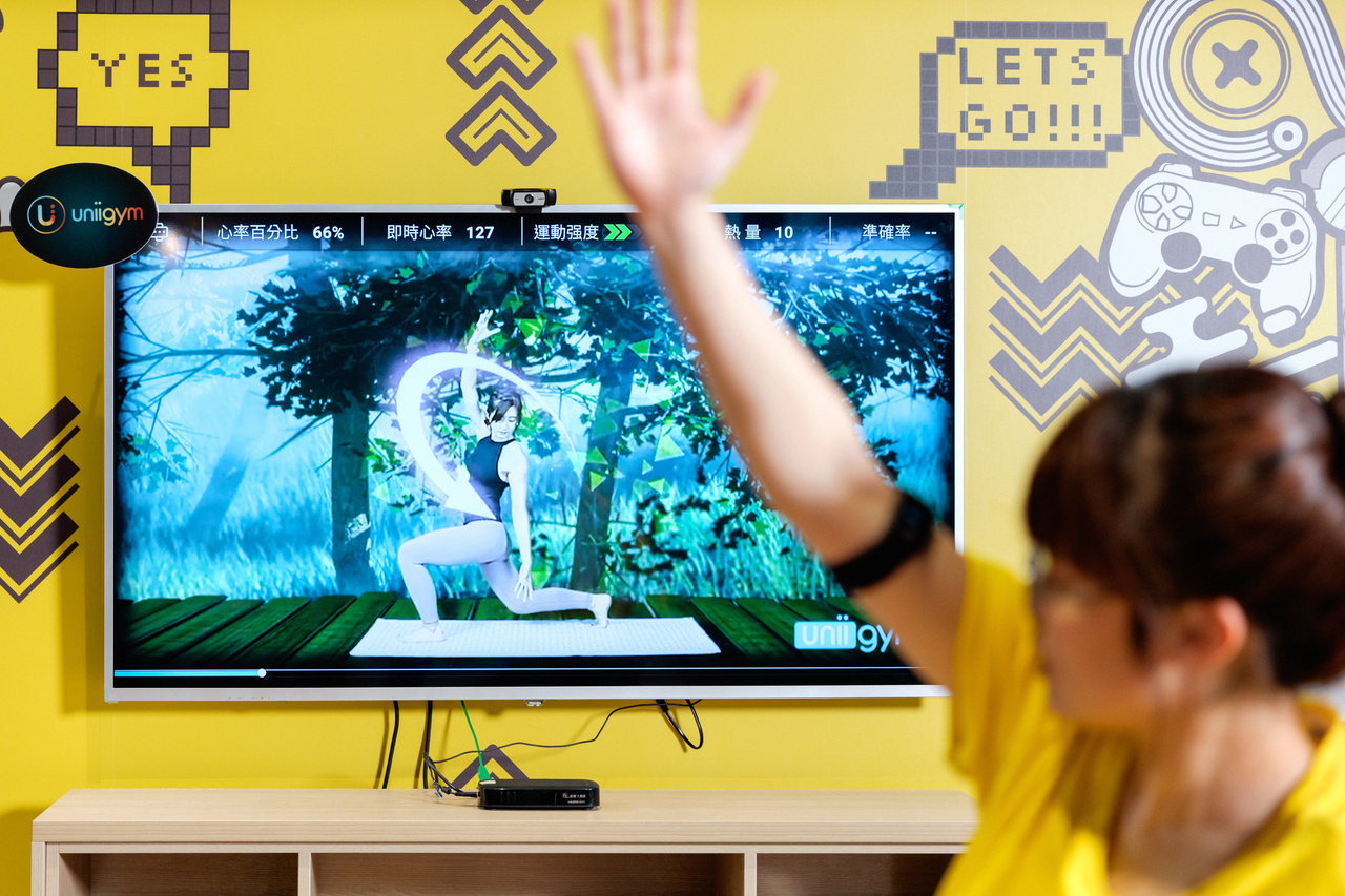 客廳變健身房 運動像玩遊戲 線上隨選隨做 A I還糾錯   橘世代