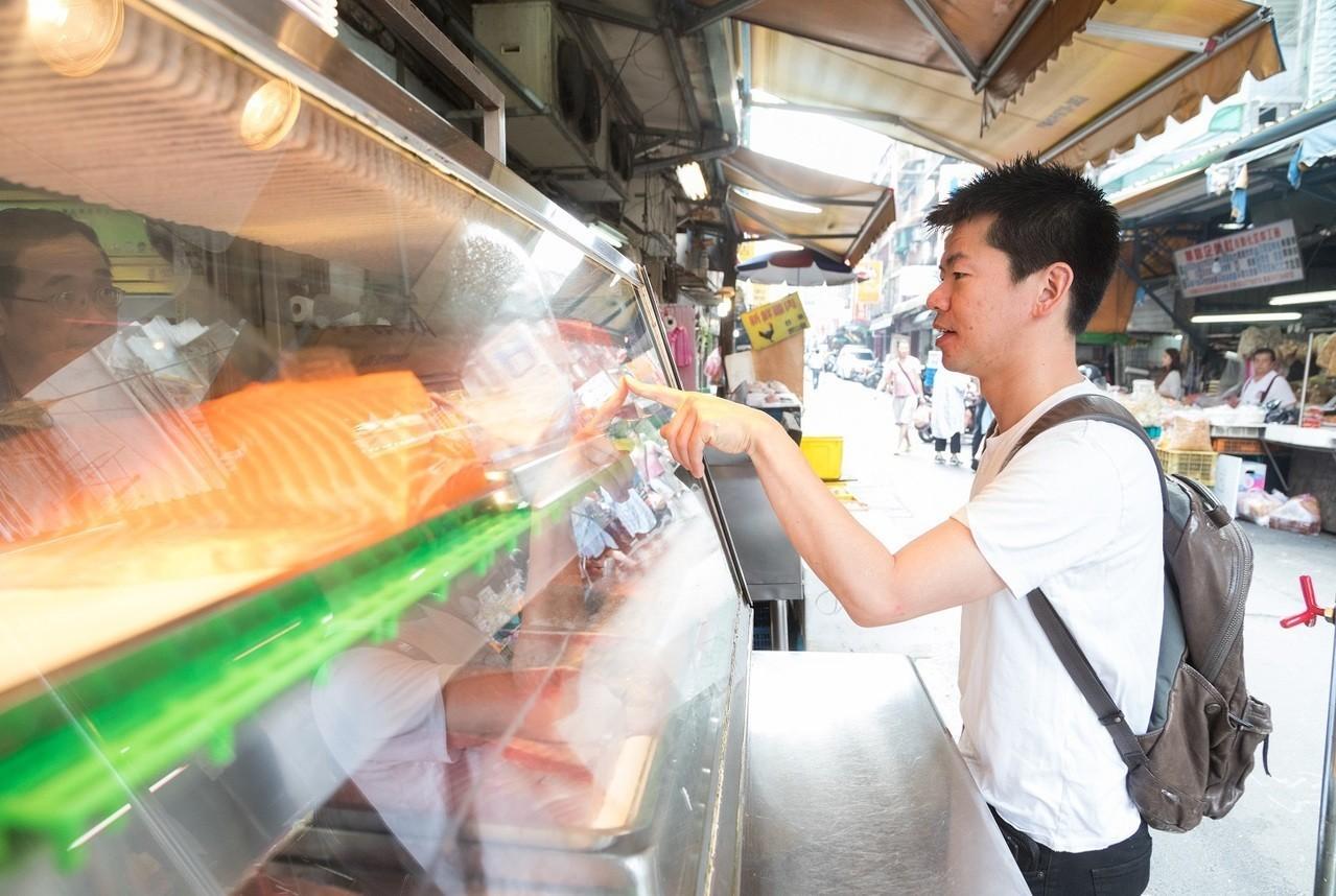 料理長稗田良平上市場親自挑貨。記者陳立凱/攝影