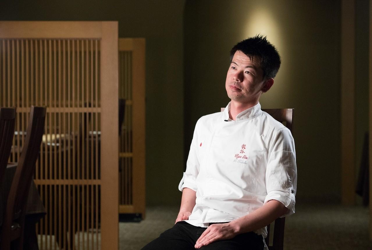 學生模樣的稗田,一進廚房就有料理長的威儀。記者陳立凱/攝影