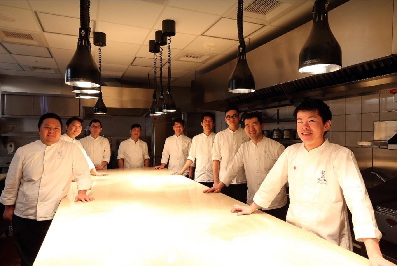 稗田良平料理長(右一)與祥雲龍吟廚房團隊。祥雲龍吟/提供