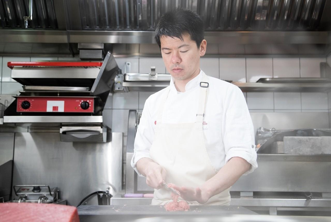 站到料理台前的稗田,如沈默的將軍。記者陳立凱/攝影