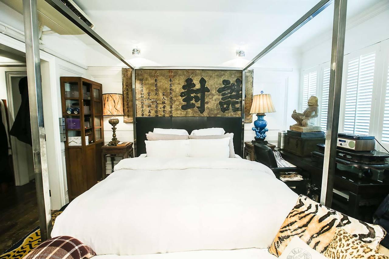 四柱床的床頭板是誥封夫人的匾。記者楊萬雲/攝影