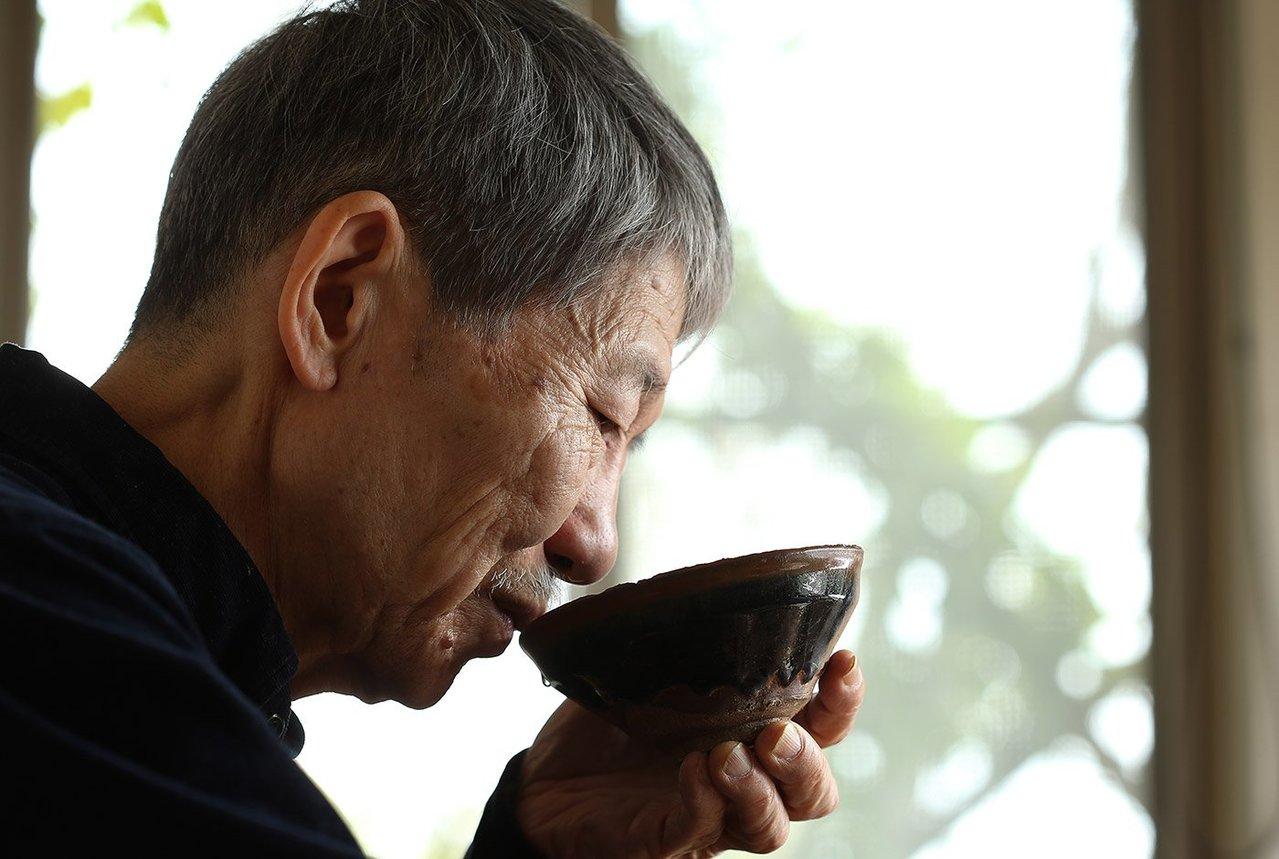 以碗喝茶,周渝正體會小宇宙。記者陳立凱/攝影