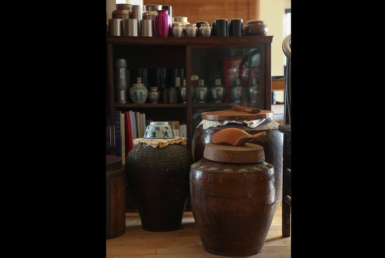 茶罐茶甕裡都是收藏。記者陳立凱/攝影