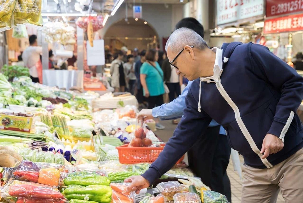 逛市場是陳泰銘最愛的休閒之一。記者陳立凱/攝影