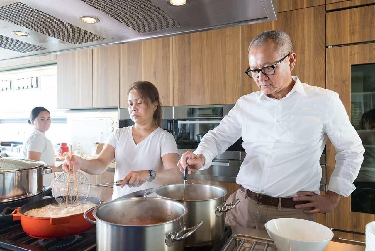 大老闆在廚房大展身手,絲毫不違和。記者陳立凱/攝影