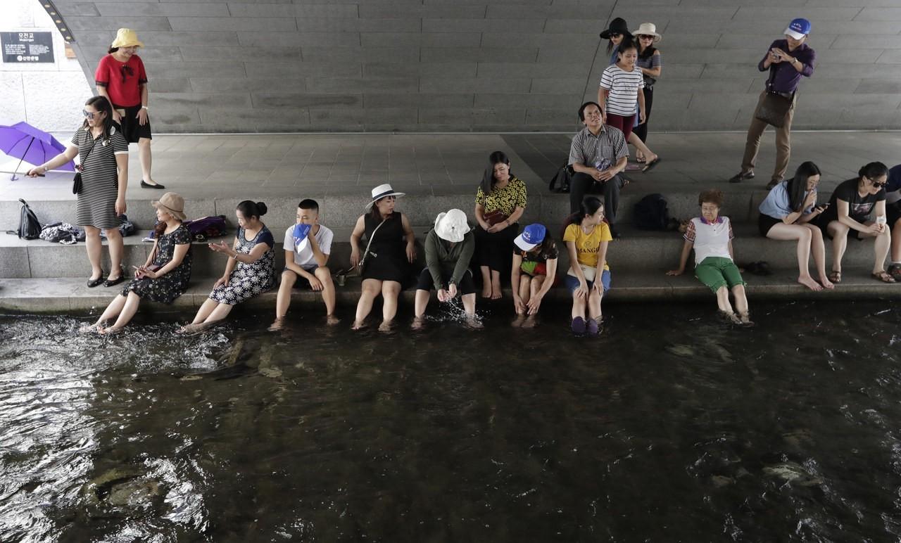 南韓全國各地高溫持續,民眾玩水消暑。