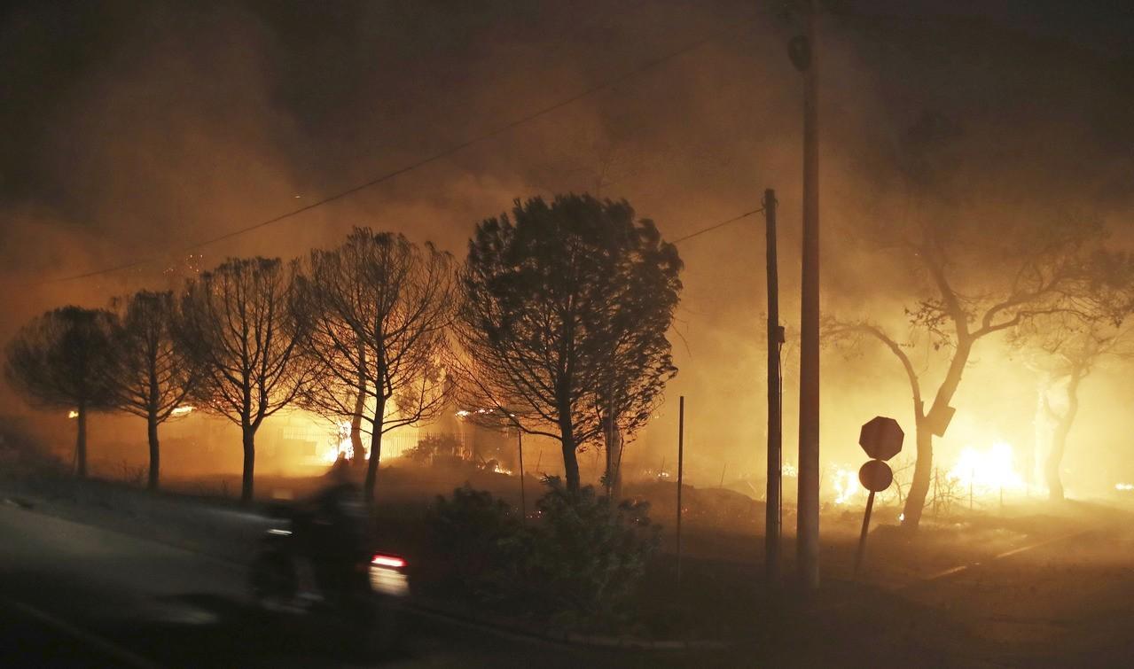希臘東部的拉芬娜港區23日遭遇野火肆虐,當地紅十字會官員表示,目前已有50人死亡...