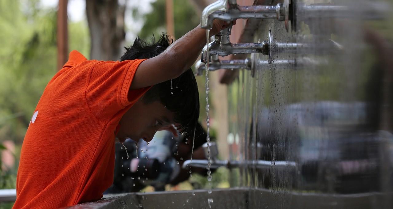 印度最高氣溫可能高達攝氏47度,民眾玩水消暑。美聯社