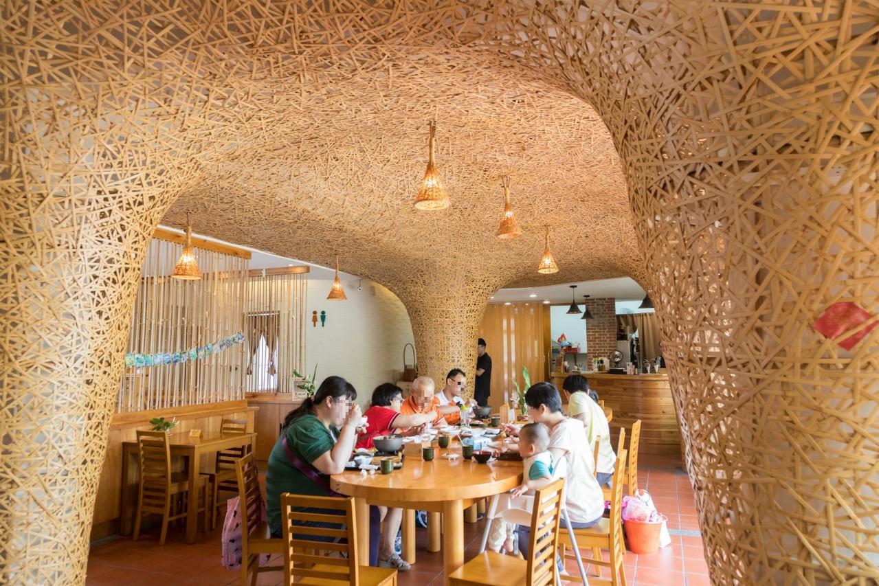 在竹編藝品包圍下吃竹山在地美食。記者陳立凱/攝影