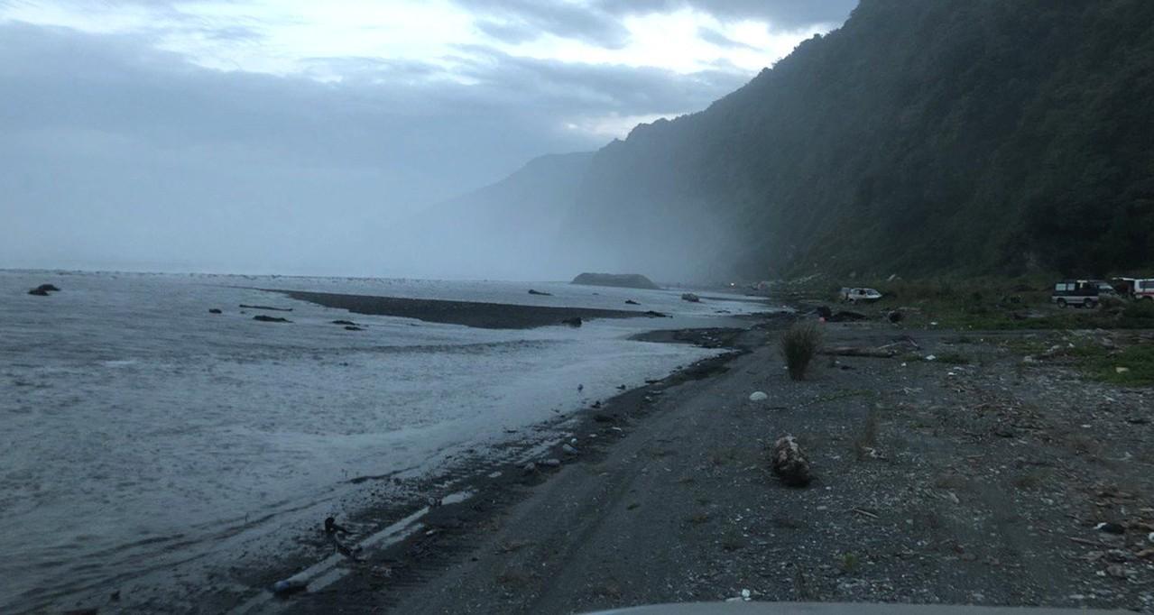 宜蘭縣南澳神秘沙灘1日海象欠佳,長浪捲走5人落海,增加搜救困難。圖/讀者提供