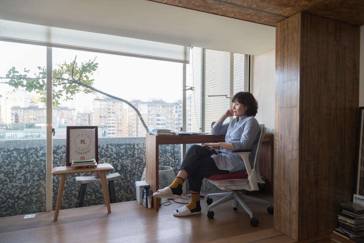 徐譽庭臨窗案頭上一疊國中生的藍色作業本,裡面有各種題材。記者陳立凱/攝影