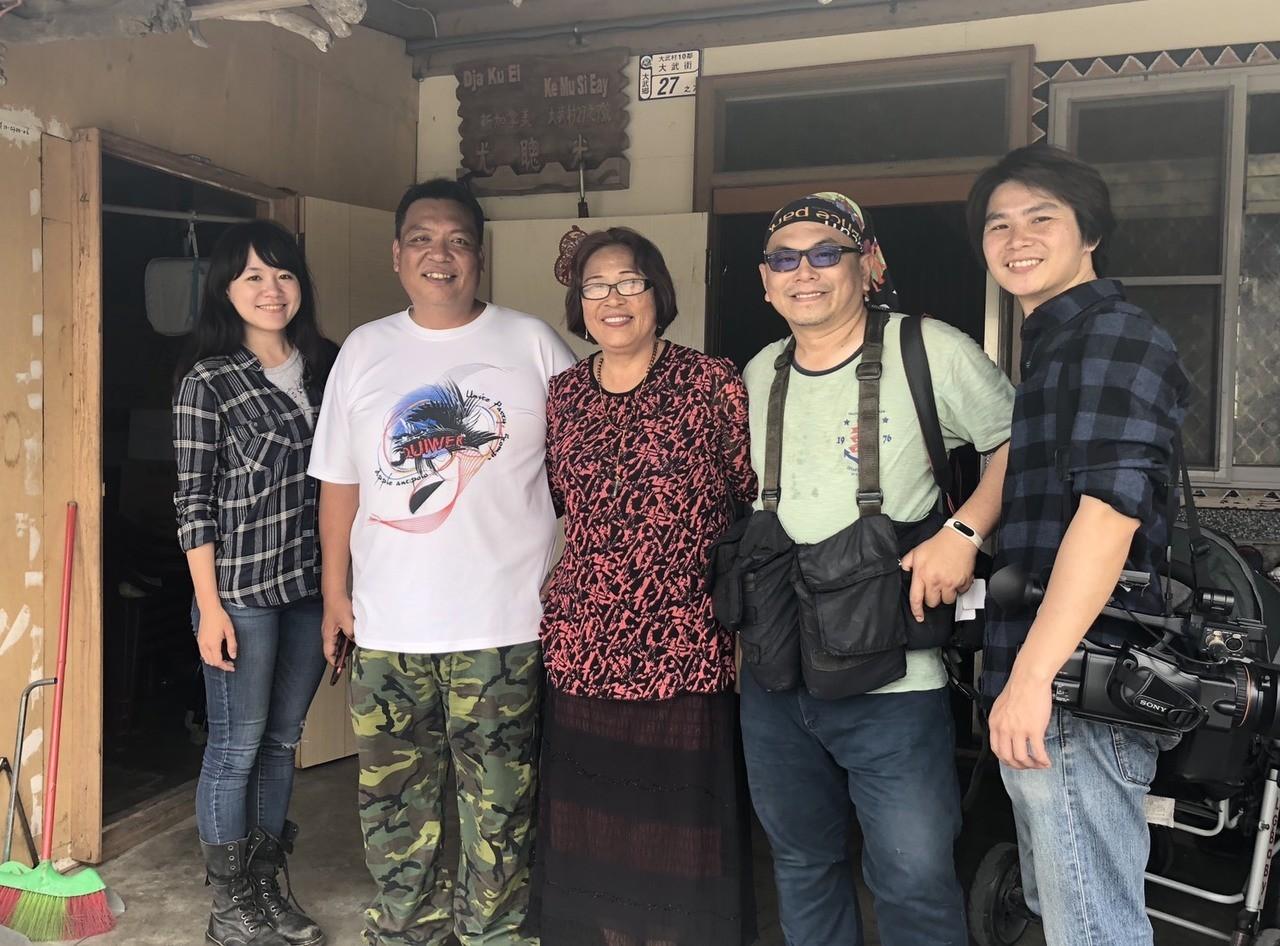 (從右到左)攝影王彥鈞、劉學聖、台東大武婦人(聰光媽媽)、台東記者尤聰光和我
