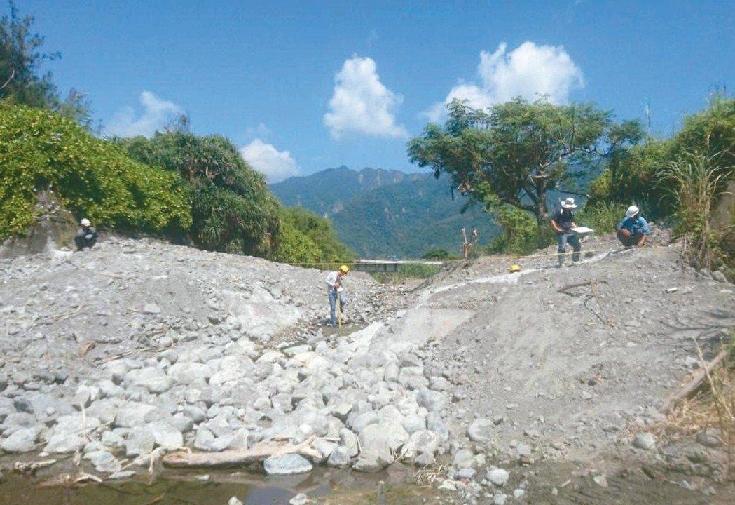 台東碇橋溪出海口原有高3.5公尺的固床工(左,水保局台東分局提供)水保局台東分局