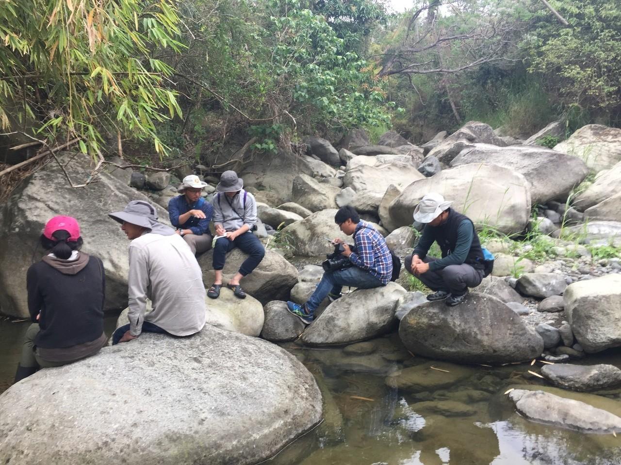 常常就坐在野溪旁採訪錄影,從生態、構造物邊走邊看,討論其中問題。記者郭政芬/攝影
