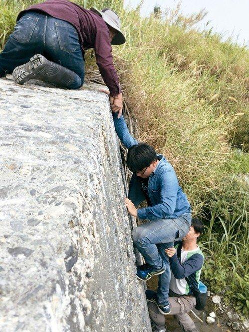 走訪台東碇橋溪,四公尺高固床工,得靠推拉才能爬上。 記者郭政芬/攝影
