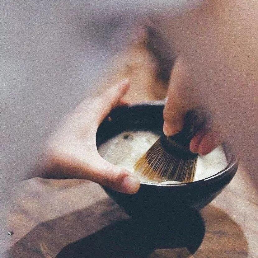 茶人王介宏示範擊拂打茶。圖/廖寶秀提供
