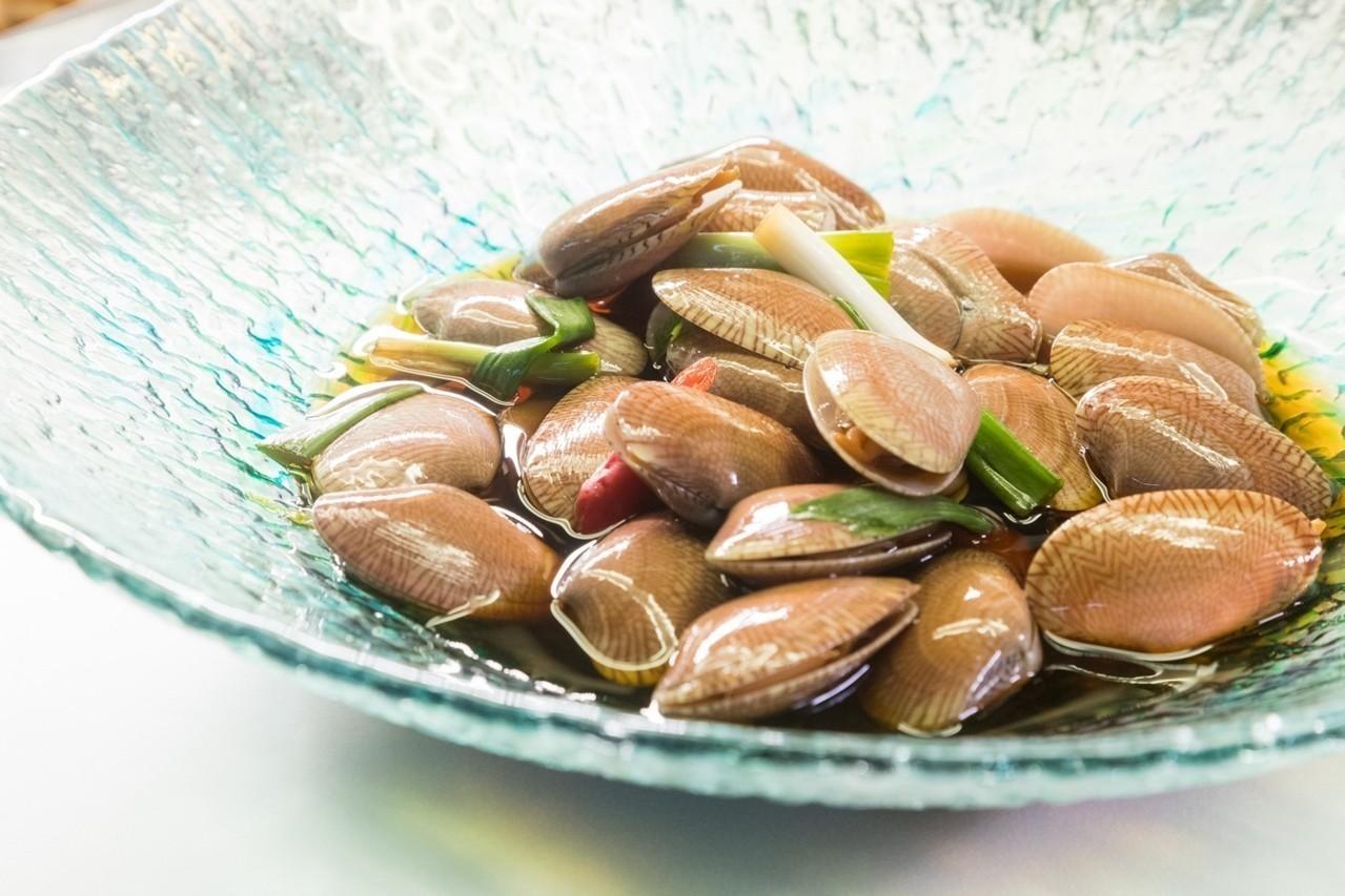 「桔香蛤蜊」是從台式鹹蛤蜊變化而來。圖/陳立凱攝影