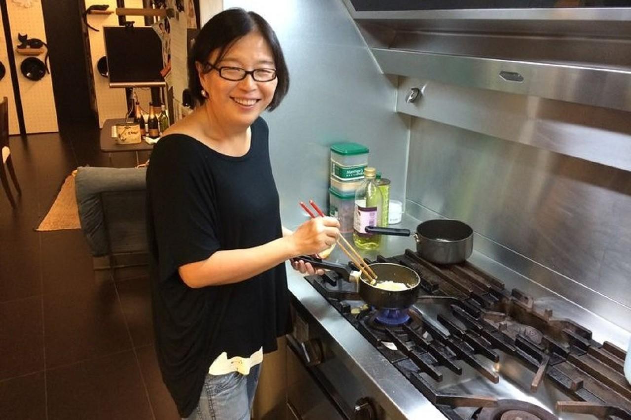 王宣一在廚房的身影。圖/新經典文化提供