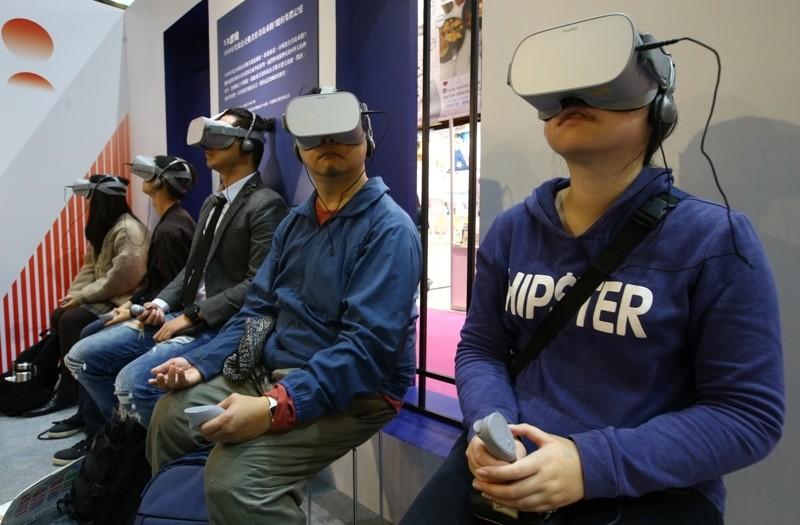 使用VR體驗書籍內容。記者曾學仁/攝影