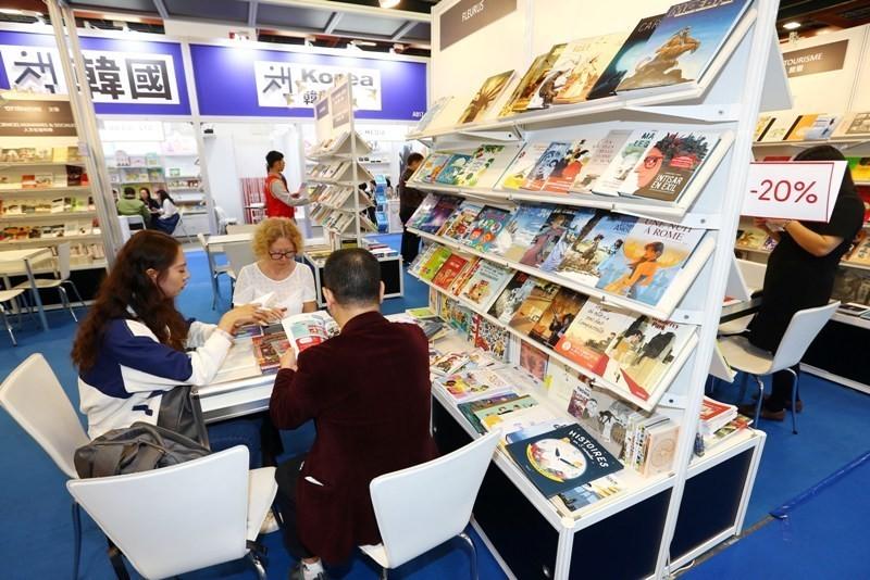 人手一機的滑世代,買書人愈來愈少。圖為今年台北國際書展國際書區。記者杜建重/攝影