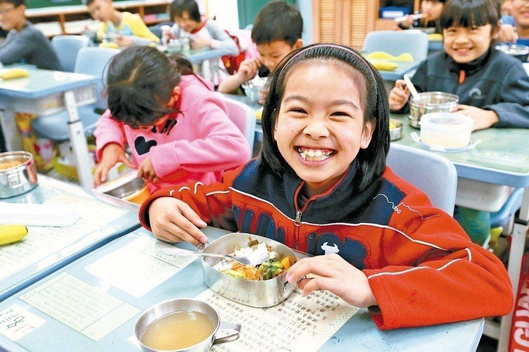 在孩子天真笑容下,大人有責任把校園午餐辦得更營養、更美味。記者林伯東/攝影