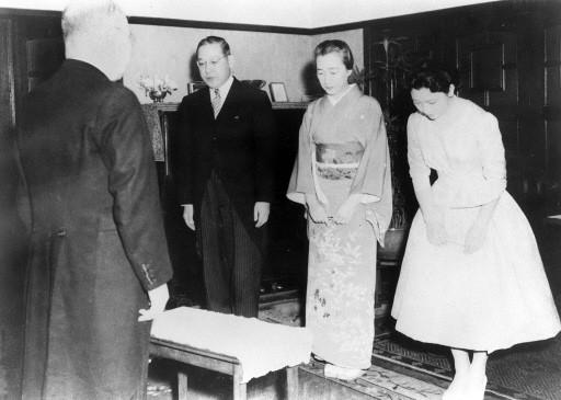 1959年美智子(右)站在父母身旁,聆聽日本宮內廳內侍(左)訂婚。法新社