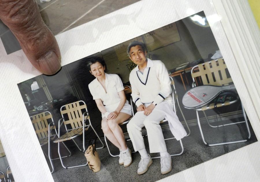 明仁天皇(右)是1957年在網球場上認識後來的皇后美智子。美聯社