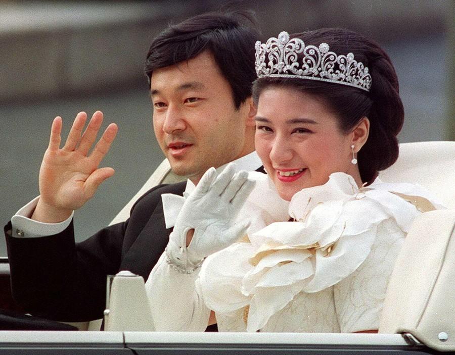 1993年6月9日,當時的日本皇太子德仁與雅子妃在東京舉行結婚典禮後,向民眾揮手...