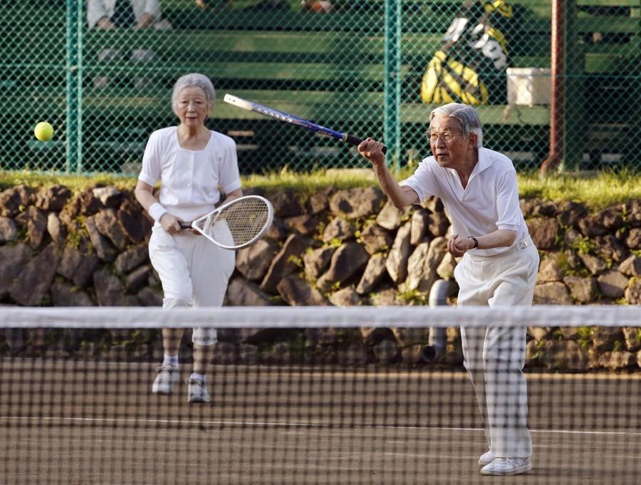 明仁天皇夫婦2013年8月27日在輕井澤皇居打網球,當時明仁79歲、美智子78歲...