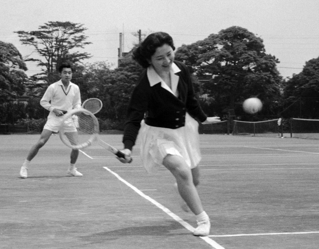 明仁天皇(左)與美智子都愛打網球。圖/歐新社