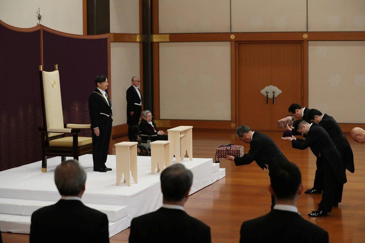 日本新天皇德仁的即位儀式「劍璽等繼承之儀」1日早上舉行。路透